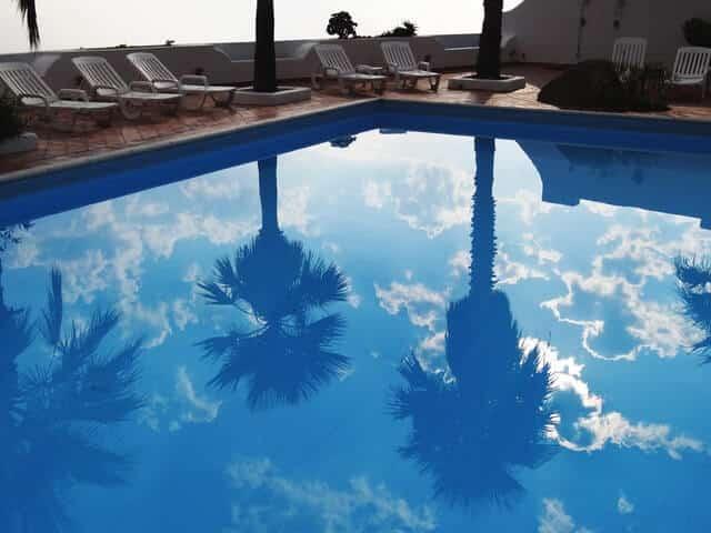 Preparazione della piscina per l'inizio della stagione. Apertura stagionale delle piscine